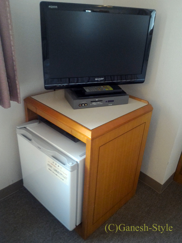 新潟市内中心部にあるホテルクラウンヒルズ新潟の冷蔵庫とテレビ