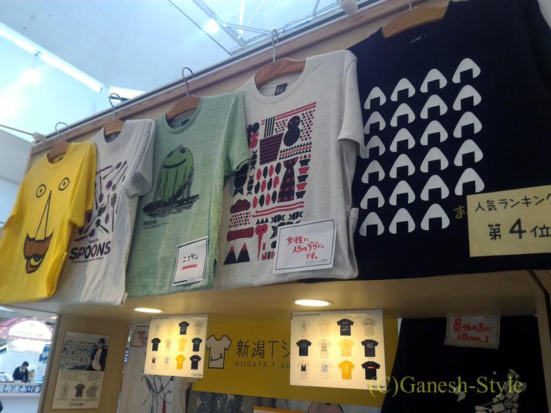 新潟市内南西部郊外にある道の駅 新潟ふるさと村のTシャツコーナー