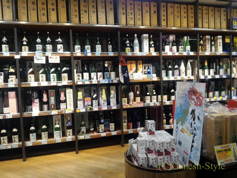 新潟市内南西部郊外にある道の駅 新潟ふるさと村の日本酒コーナー