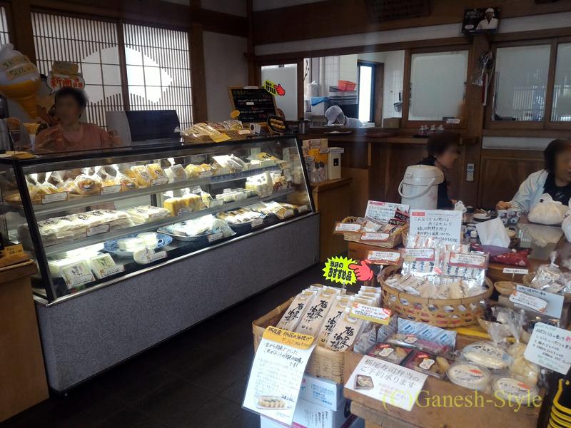 新潟県長岡市栃尾にある名物栃尾揚げ(油揚げ)の名店、豆撰の店内