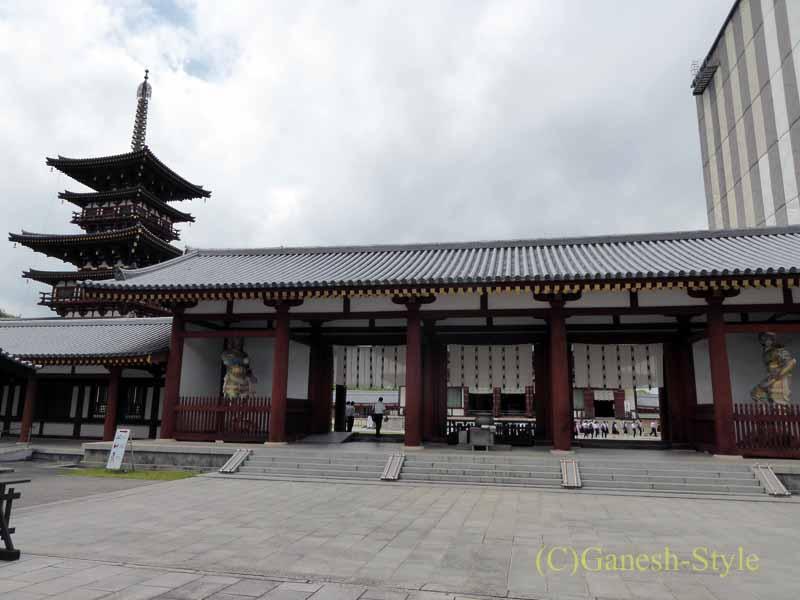 奈良旅行で最大の見どころのひとつ、薬師寺の中門