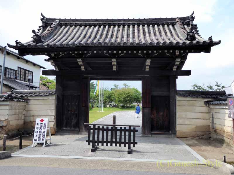 奈良旅行で最大の見どころのひとつ、薬師寺の南門