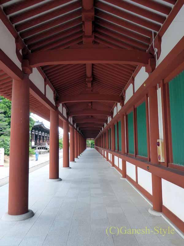 奈良旅行で最大の見どころのひとつ、薬師寺の中門の回廊