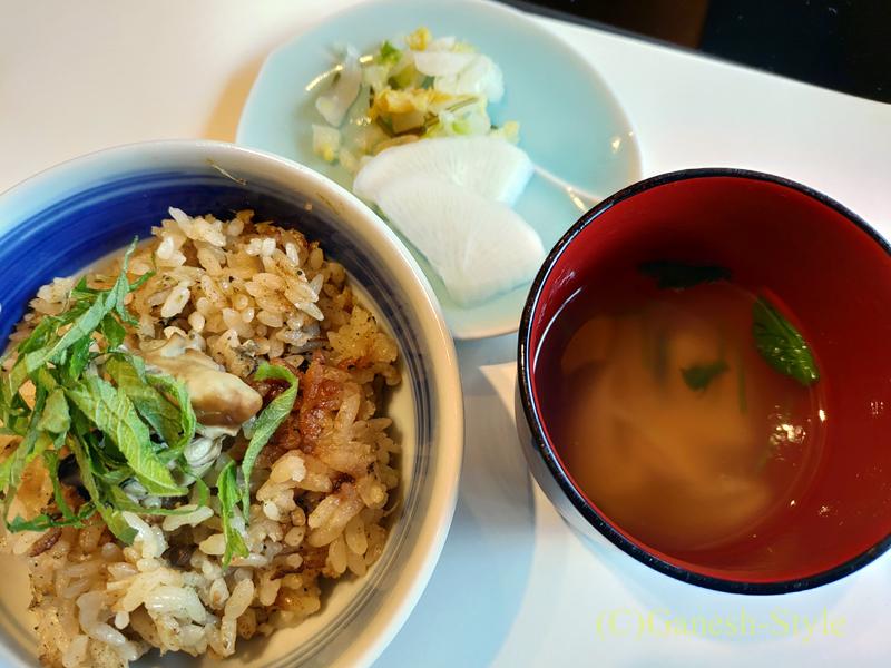 梅の花越谷レイクタウン店で出た牡蠣の炊き込みご飯と湯葉吸物、香の物