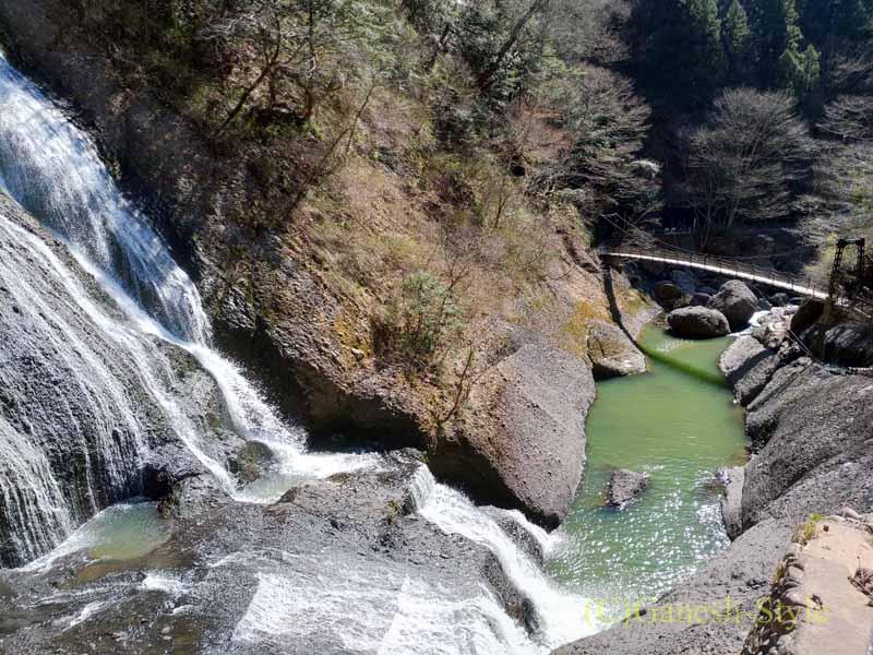 第1観瀑台から見た茨城県の奥久慈にある日本三名瀑のひとつ、袋田の滝の下部