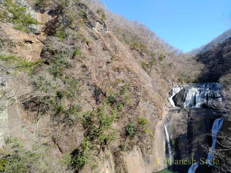 茨城県の奥久慈にある日本三名瀑のひとつ、袋田の滝と脇の山