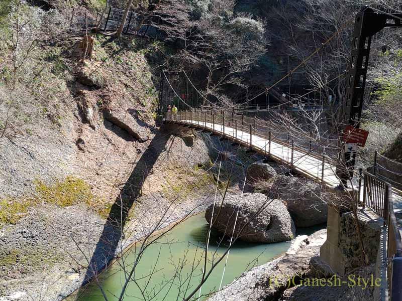 茨城県の奥久慈にある日本三名瀑のひとつ、袋田の滝の吊り橋