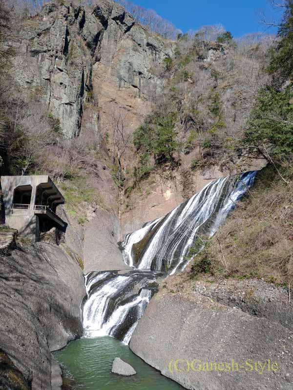 吊り橋から見た茨城県の奥久慈にある日本三名瀑のひとつ、袋田の滝