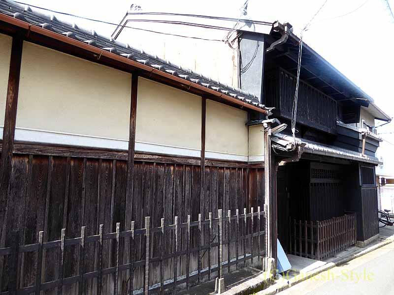 奈良市内の歴史ある古い町屋が並ぶならまちの2階建ての家
