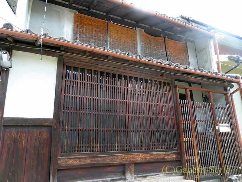 奈良市内の歴史ある古い町屋が並ぶならまちの木柵の家