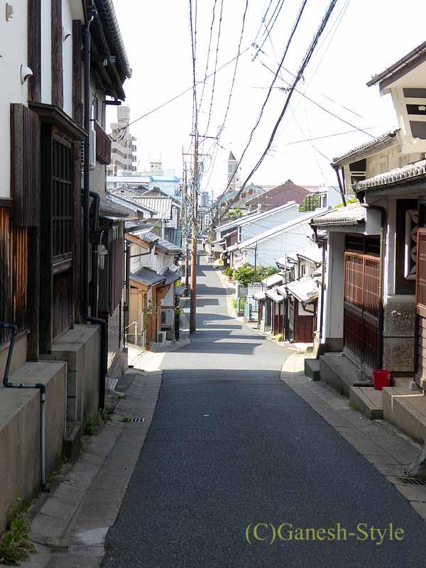 奈良市内の歴史ある古い町屋が並ぶならまちの路地