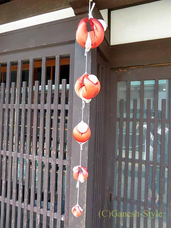 奈良市内の歴史ある古い町屋が並ぶならまちの門の身代わり申