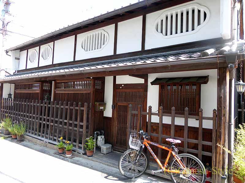 奈良市内の歴史ある古い町屋が並ぶならまちの建物と自転車