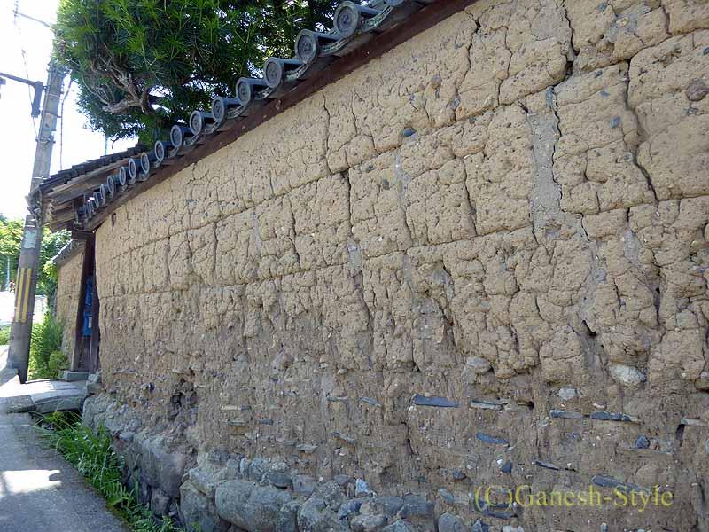 奈良市内の歴史ある古い町屋が並ぶならまちの土塀