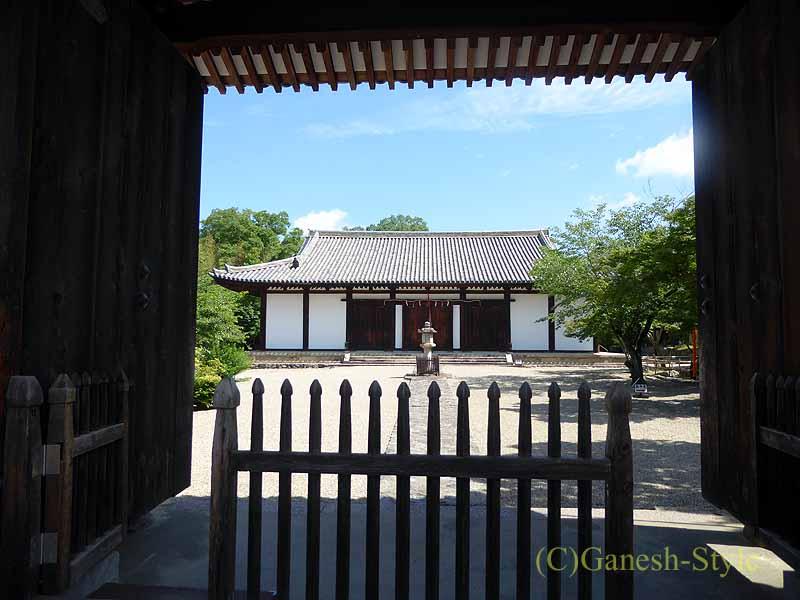 奈良市内にある747年創建の名刹、新薬師寺の南門