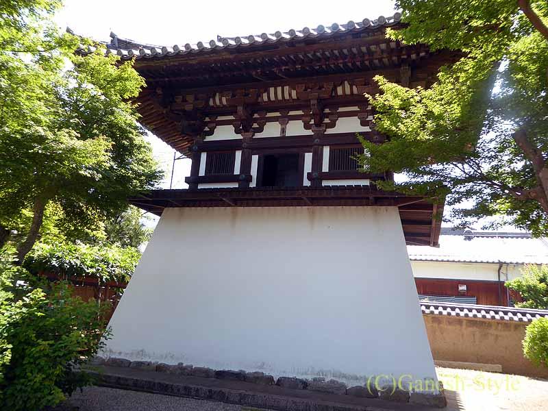 奈良市内にある747年創建の名刹、新薬師寺の鐘楼