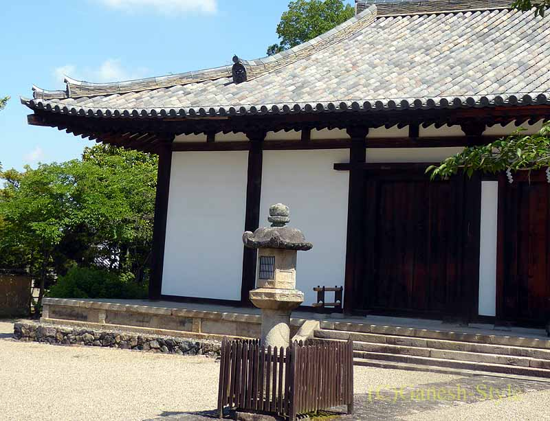 奈良市内にある747年創建の名刹、新薬師寺の石灯篭