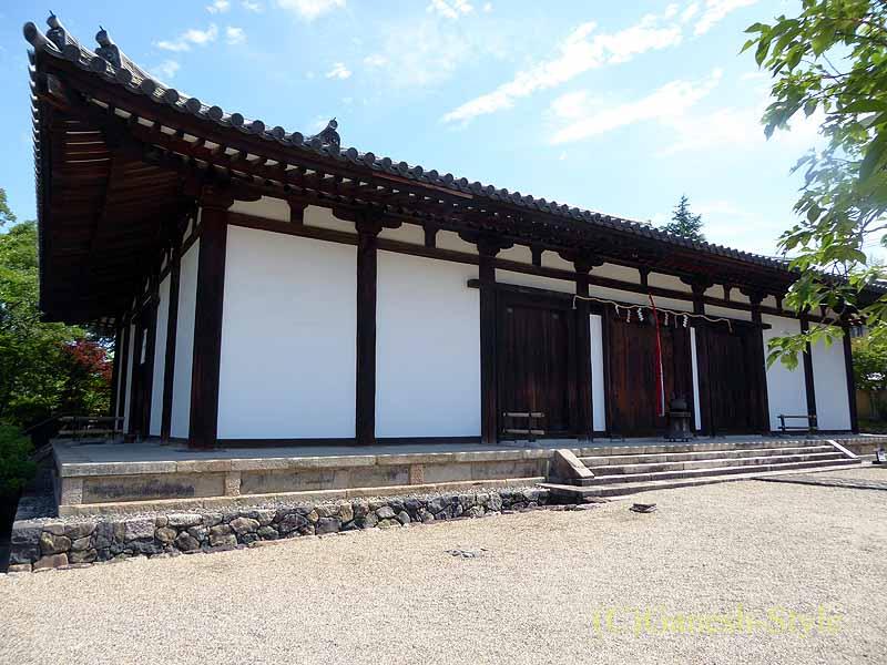 奈良市内にある747年創建の名刹、新薬師寺の本堂概観