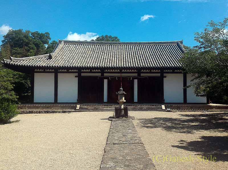 奈良市内にある747年創建の名刹、新薬師寺の本堂
