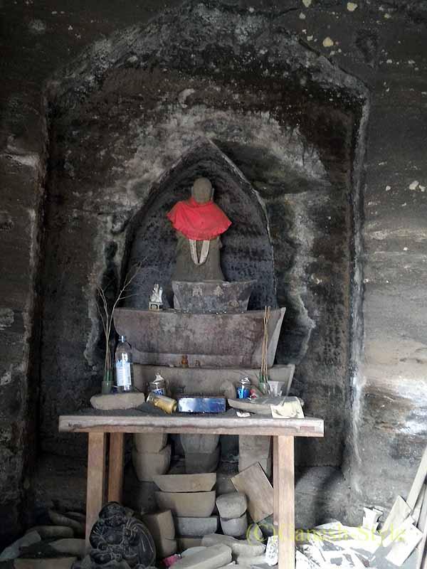千葉県館山市にある西暦717年創建の名刹、那古寺の岩船地蔵