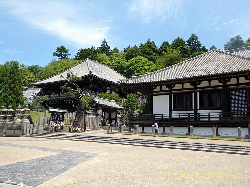 奈良市内の若草山のふもとにある東大寺の三月堂と二月堂