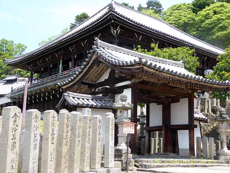 奈良市内の若草山のふもとにある東大寺の二月堂の山門