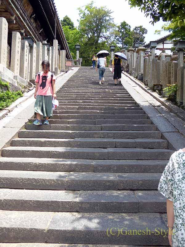 奈良市内の若草山のふもとにある東大寺の二月堂の石段
