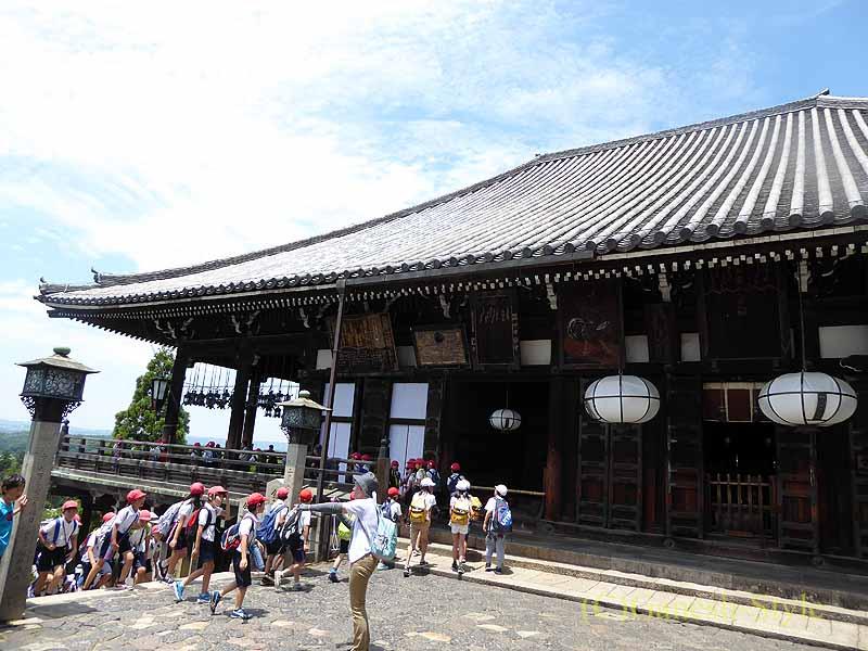 奈良市内の若草山のふもとにある東大寺の二月堂概観