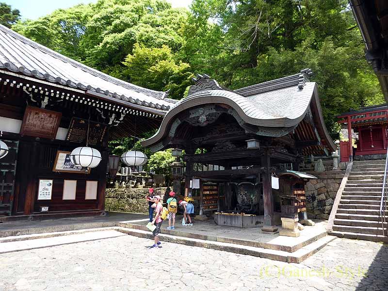 奈良市内の若草山のふもとにある東大寺の手水舎