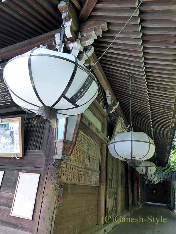 奈良市内の若草山のふもとにある東大寺の二月堂の提灯