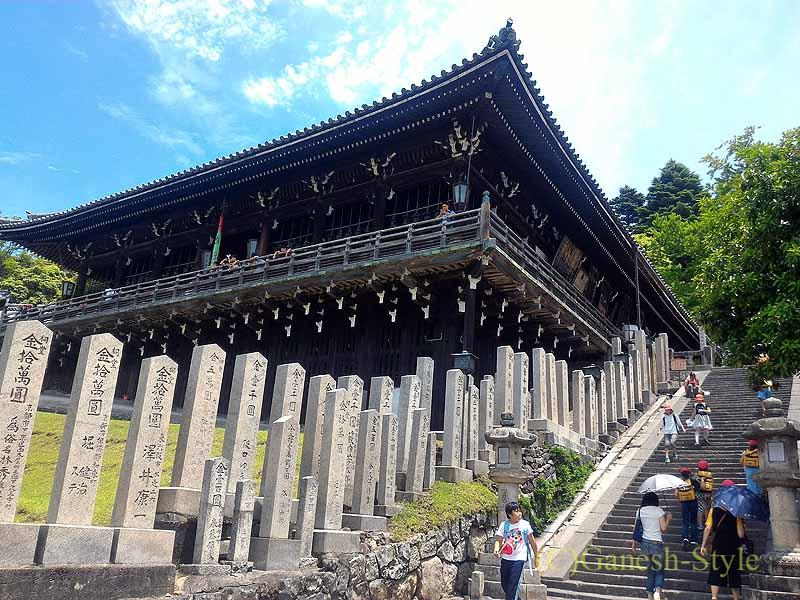 奈良市内の若草山のふもとにある東大寺の二月堂の石段と堂