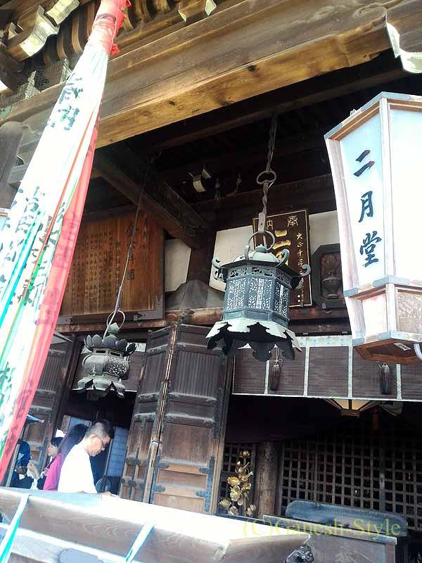 奈良市内の若草山のふもとにある東大寺の二月堂の灯篭