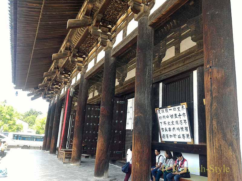 奈良市内の若草山のふもとにある東大寺の二月堂の柱