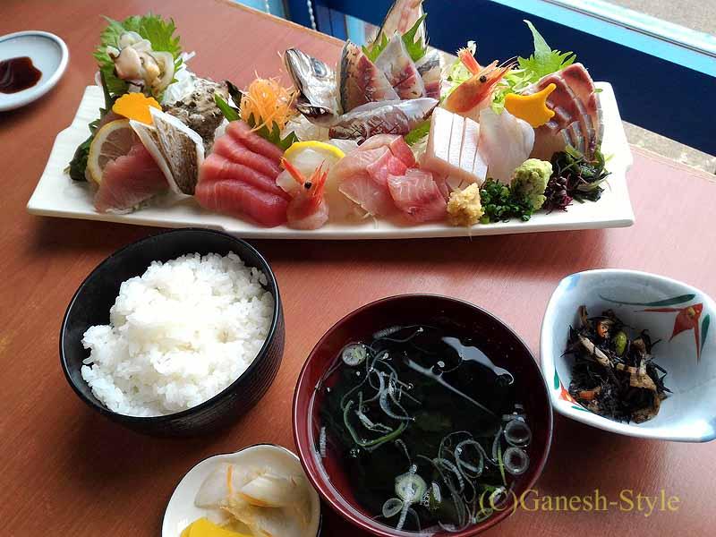 千葉県千倉町にあるはな房の刺身盛り合わせとご飯、味噌汁