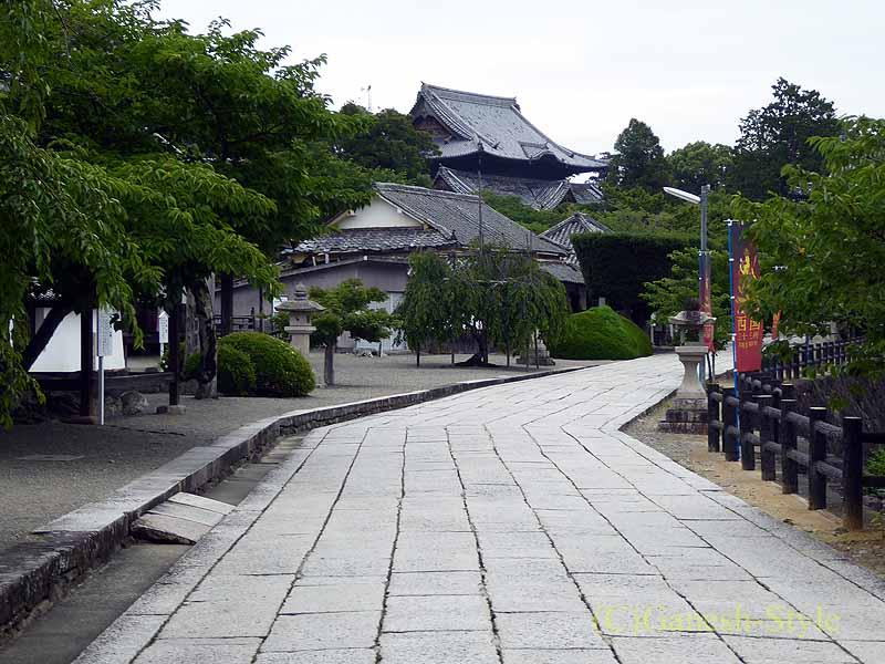 和歌山県紀の川市にある名刹、粉河寺の参道