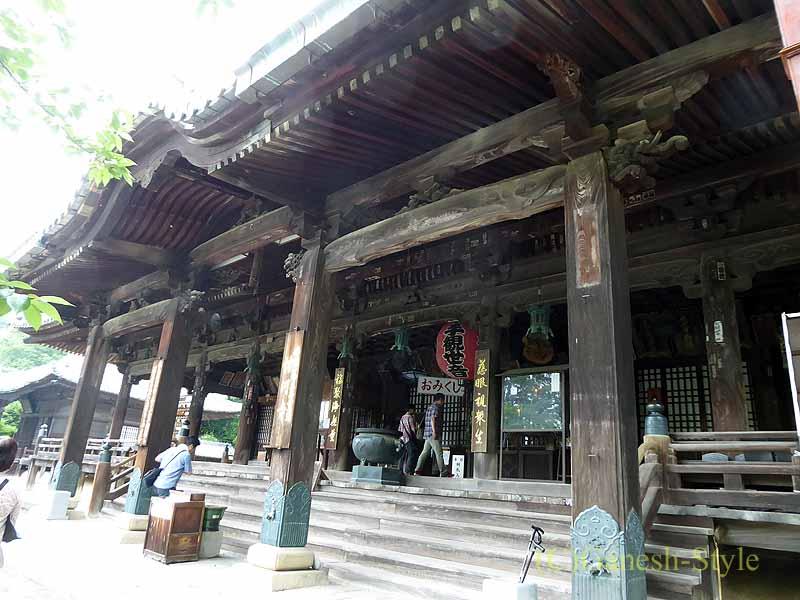 和歌山県紀の川市にある名刹、粉河寺の本堂前