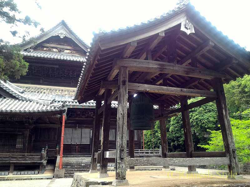 和歌山県紀の川市にある名刹、粉河寺の鐘楼と本堂