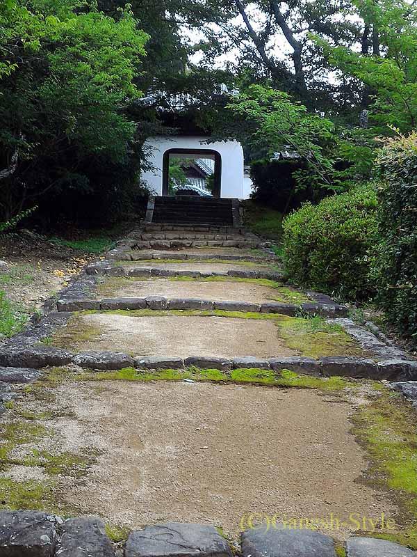 和歌山県紀の川市にある名刹、粉河寺の十全律院への参道