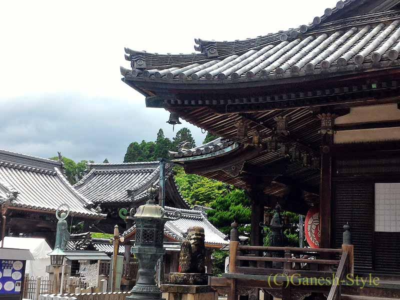 長岡京市にある名刹、柳谷観音(楊谷寺)の本堂前