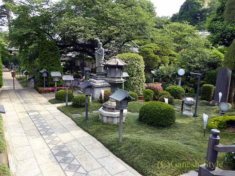 埼玉県川口安行にある桜で有名な古刹、密蔵院の庭園と興教大師像