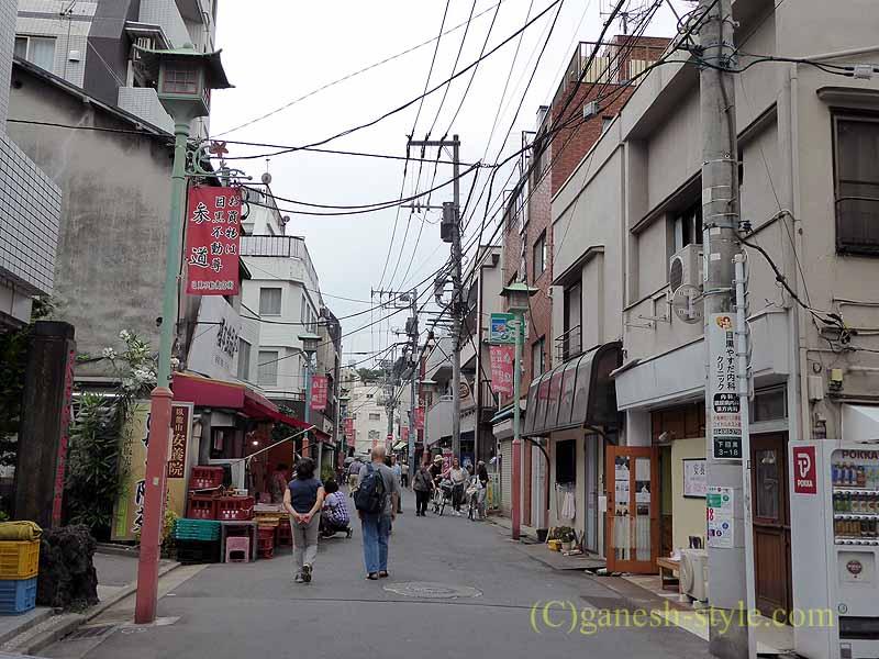 東京目黒にある病気平癒に霊験あらたかな目黒不動尊の参道商店街