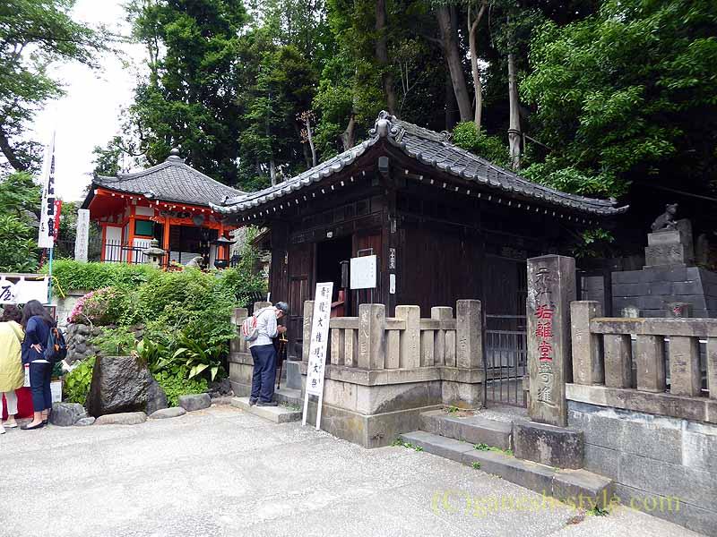 東京目黒にある病気平癒に霊験あらたかな目黒不動尊の垢離堂と前不動堂