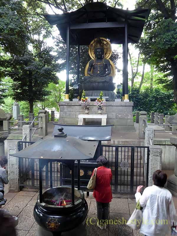 東京目黒にある病気平癒に霊験あらたかな目黒不動尊の大日如来坐像