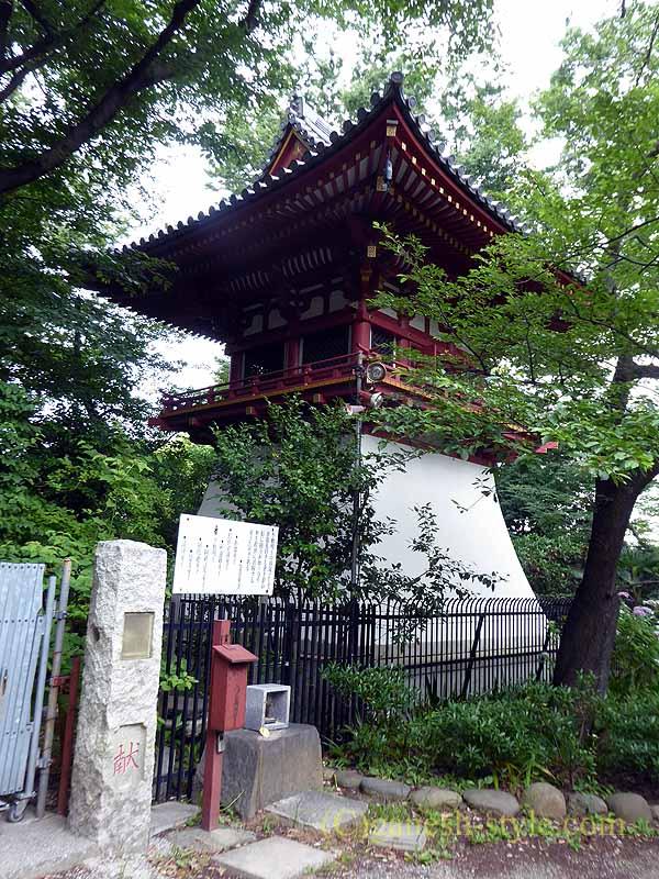 東京目黒にある病気平癒に霊験あらたかな目黒不動尊の鐘楼堂