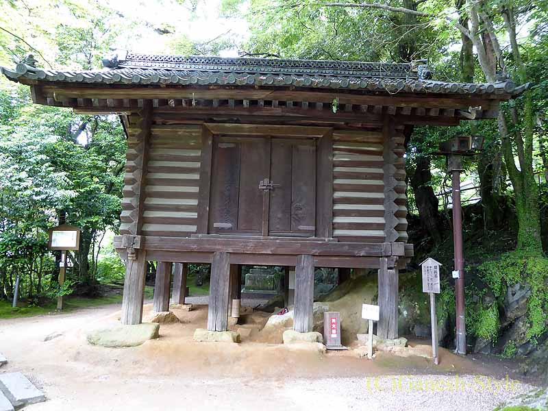 滋賀県大津市にある真言宗大本山の名刹、石山寺の経蔵