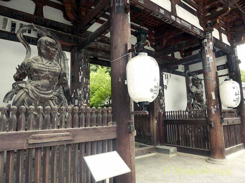 滋賀県大津市にある真言宗大本山の名刹、石山寺の東大門の仁王像