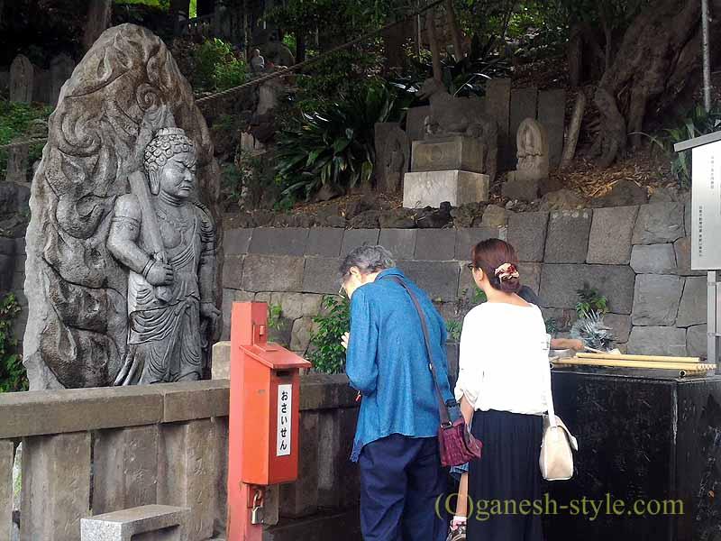 東京目黒にある目黒不動尊の獨鈷の滝と水かけ不動明王