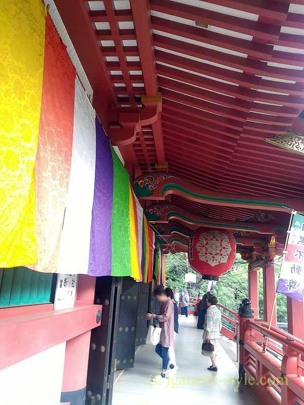 東京目黒にある病気平癒に霊験あらたかな目黒不動尊の本堂の前