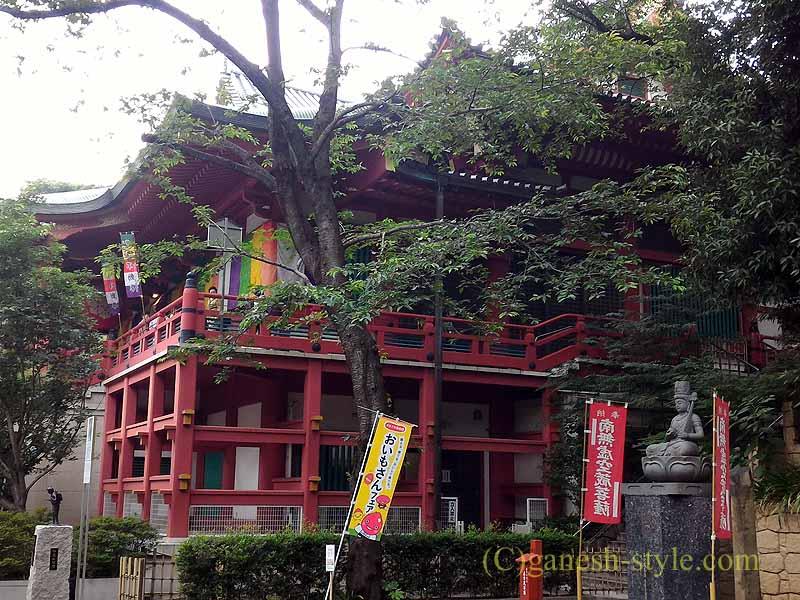 東京目黒にある病気平癒に霊験あらたかな目黒不動尊の本堂の横の柱