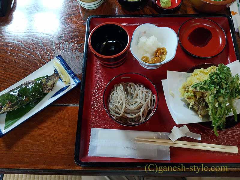 福島県山都にある絶品の蕎麦店、かわまえのイワナの天ぷら付き蕎麦